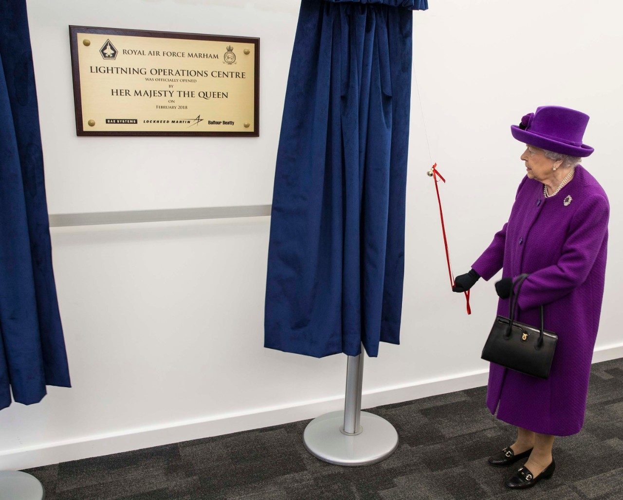 Her Majesty The Queen unveils a plaque at the Lightning Operations Centre at RAF Marham (Pic: Crown Copyright)
